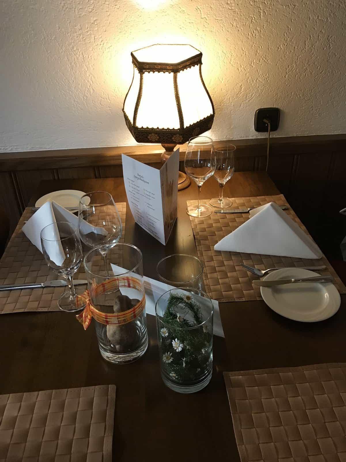Tisch, eingedeckt für Wein