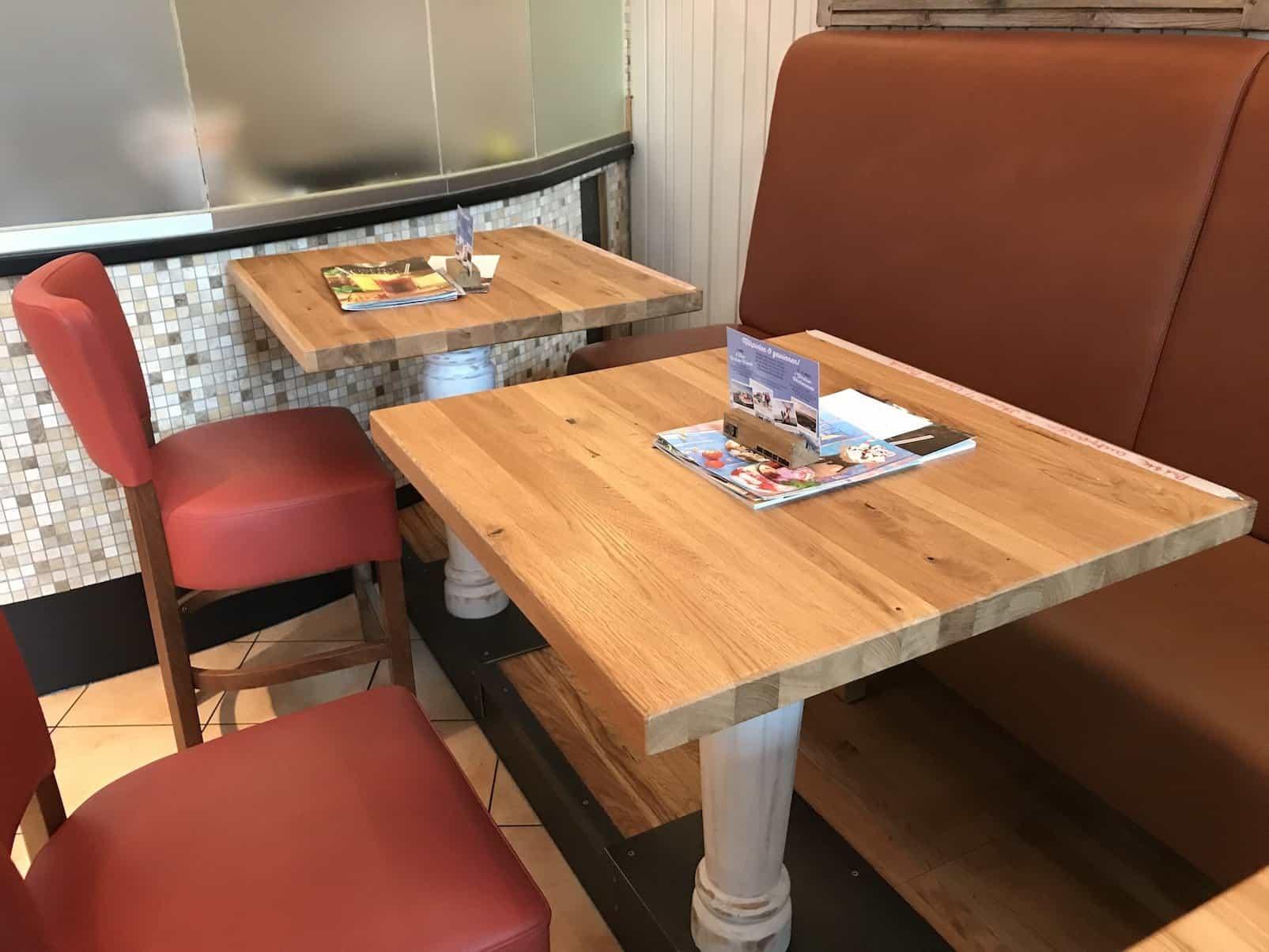 Einer der Tische am Rande des Alex im Sony Center zum Frühstücken