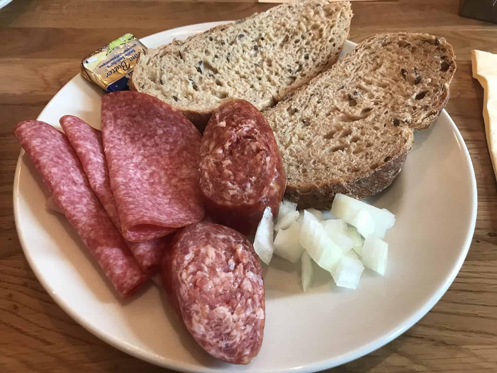 Zweiter Teller vom Frühstücksbuffet: Salami und Mett mit Zwiebeln im Alex am Potsdamer Platz in Berlin
