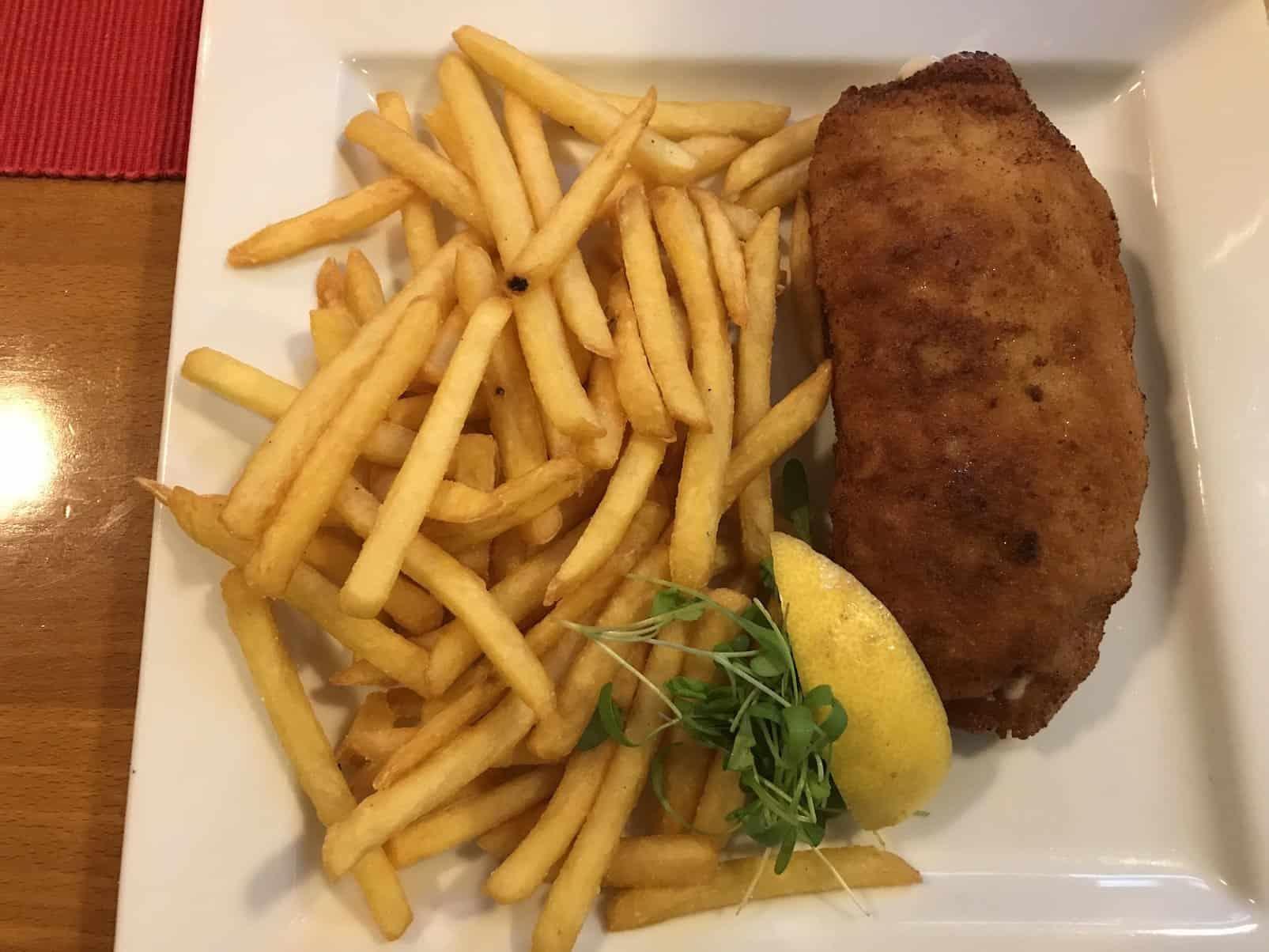 Cordon Bleu mit Pommes im Zum Spätzleschwob im Stuttgarter Westen