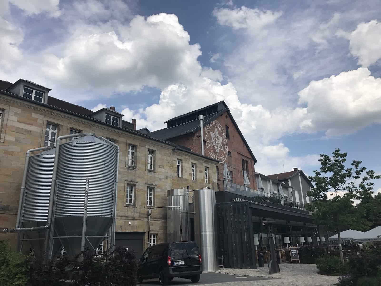 Brauerei Maisel mit Restaurant Liebesbier von aussen