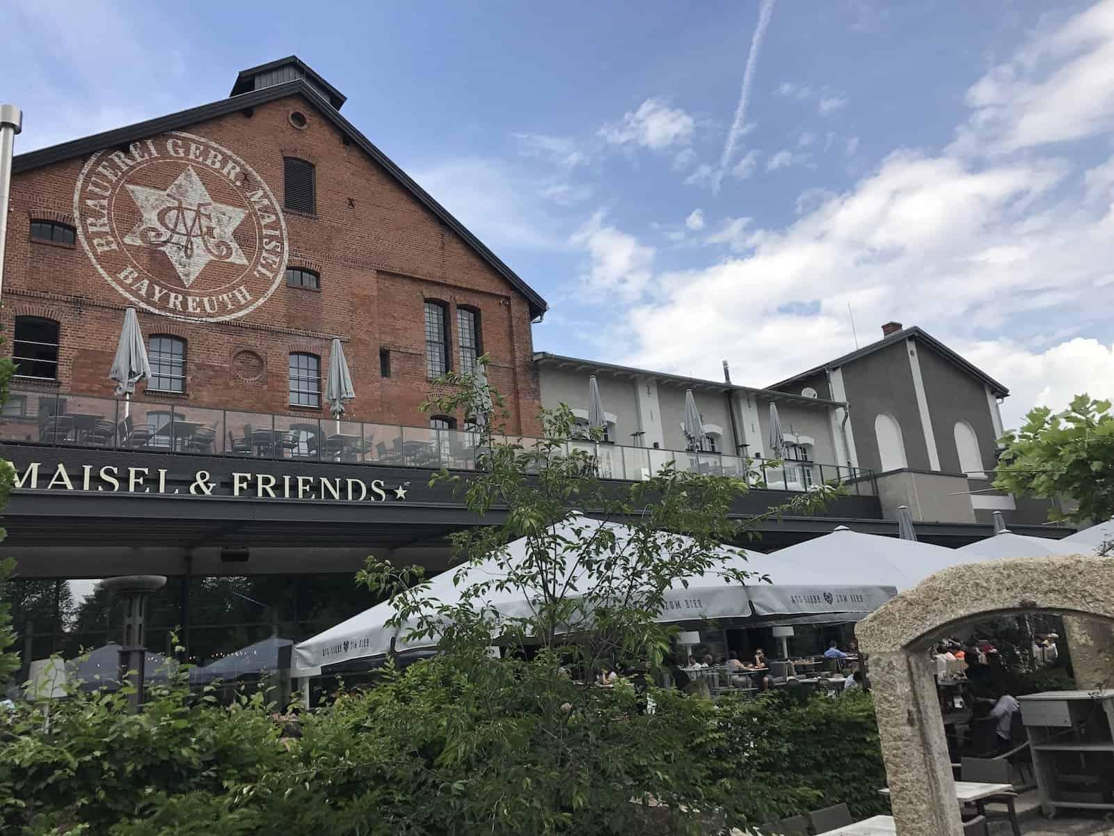 Blick in Richtung des Biergartens des Liebesbier von Maisel & Freinds Bayreuth