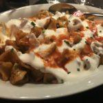 Manti (Teigtaschen mit Hackfleisch gefüllt) in Tomatensosse und mit Knoblauchjogurt