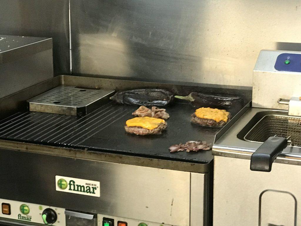 Offener Grill - für mich immer vertrauenserweckend in Burger Läden