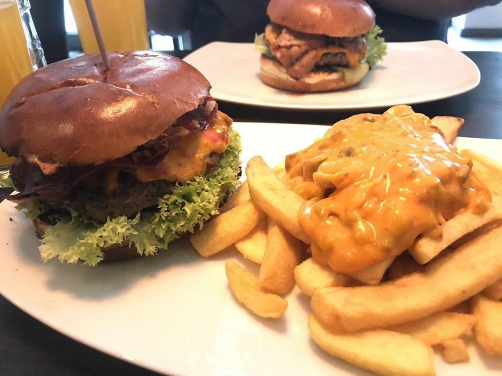 Bo's Beef Ham Burger mit Rinderschinken, Chili-Cheese Sauce und Jalapenos, Röstzwiebeln und Bo's BBQ Sauce