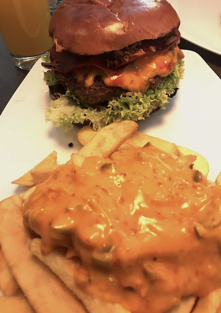 BBQ Bacon Burger mit Chili Cheese Fries  im Bo's Burger & Bar in Stuttgart West