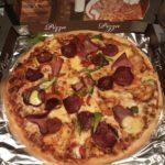 Pizza Salami mit zusätzlich Sucuk, Peperoniwurst, Schinken, Parika und Gouda