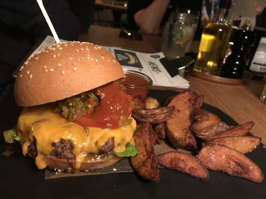 Beefburger mit Wedges im Restaurant 87 Bad Cannstatt