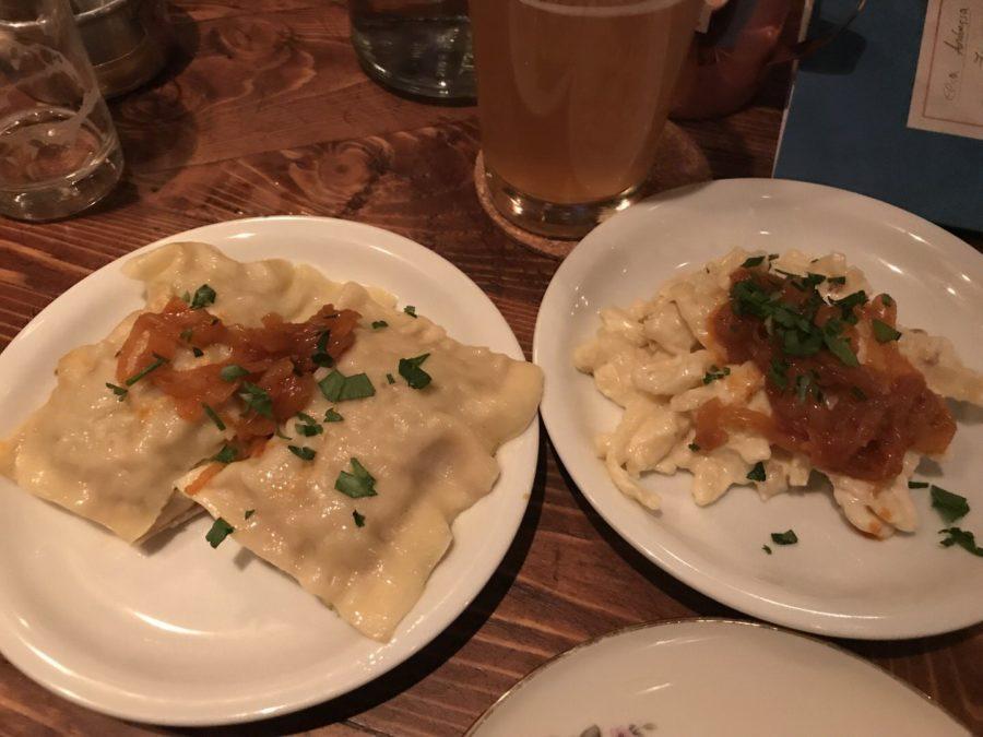 Links zwei Maultaschen als schwäbische Tapas, rechts die Kässpätzle im Gasthaus Bären Stuttgart