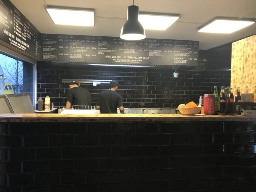Theke in größer mit fleissigen Burgerbratern im Burger Brothers Essen