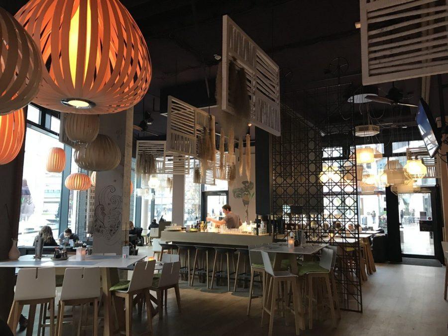 Die Bar im GinYuu, wo auch die Drinks für die Happy Hour zubereitet werden. Hinten rechts ist der Eingang ins GinYuu