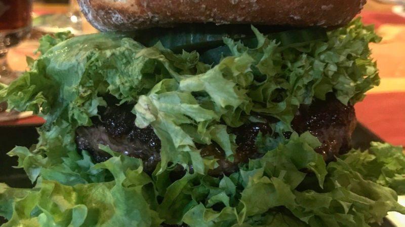Bison Burger mit zwei 180 g (?) Patties im Zwickel & Kaps und Mi & Si in Alpirsbach