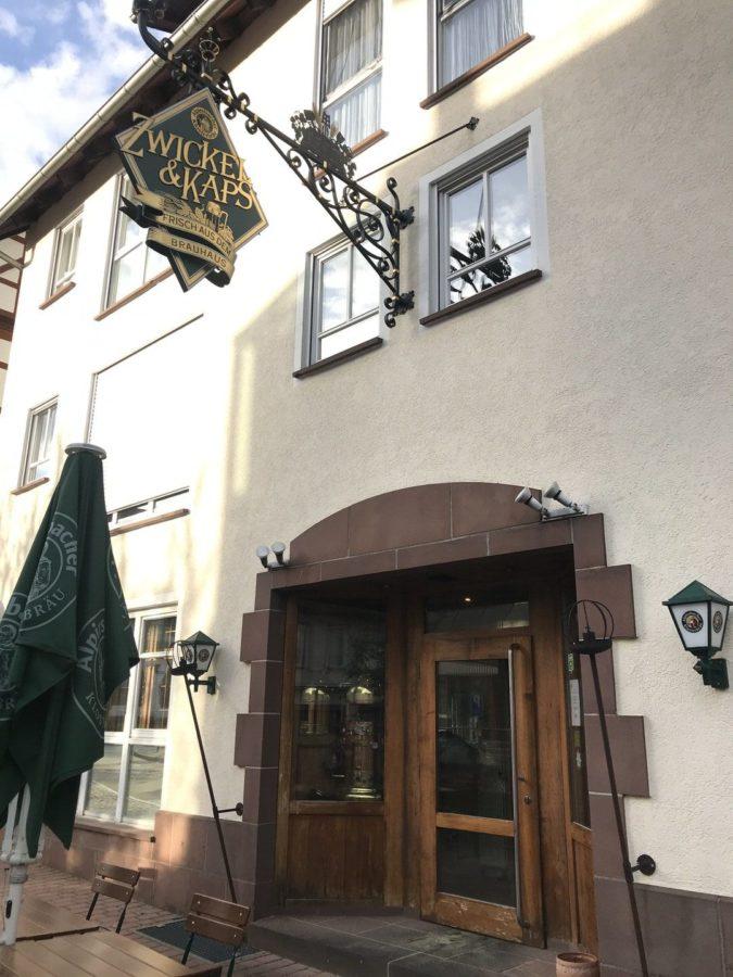Der Eingang zum Zwickel & Kaps in Alpirsbach