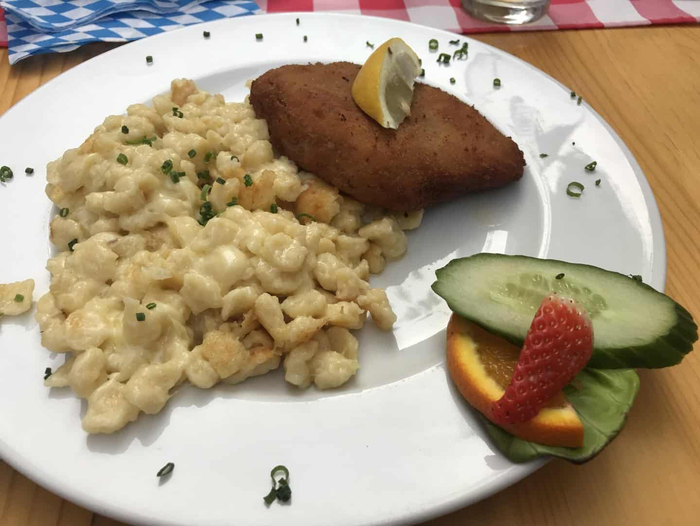 Cordon Bleu mit Kässpätzle statt Schnitzel im Allgäuer Stüble in Stuttgart