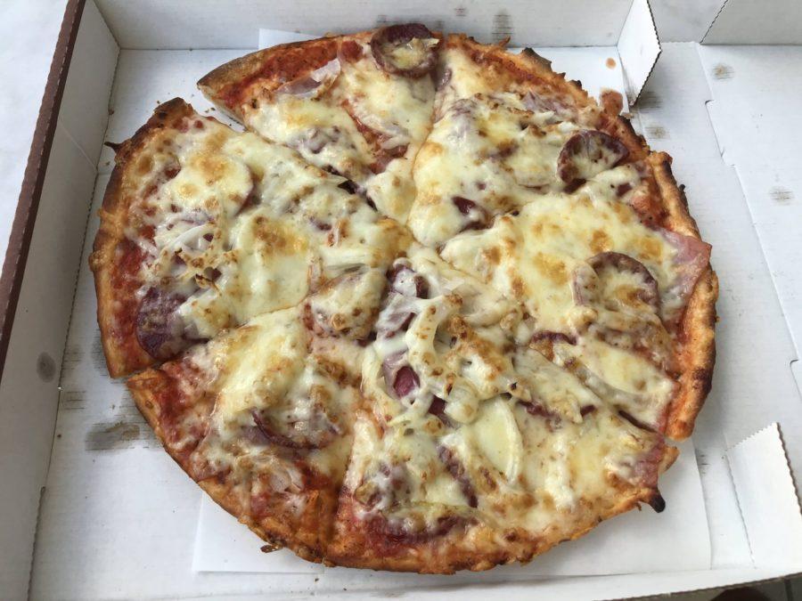 Pizza mit Salami, Hinterschinken, Sucuk, Zwiebeln und Extra-Käse vom Pizza-Express Leone in Weilimdorf (Wolfbusch)