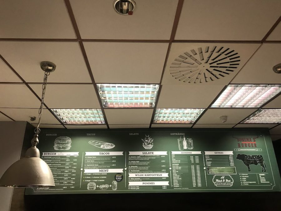 Burger Speisekarte über der offenen Theke im Bonema's Waiblingen