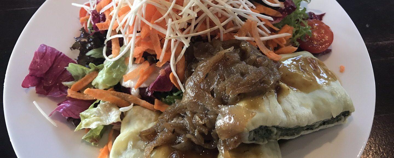 Maultaschen mit Zwiebelschmelze und Salat im Flora & Fauna Stuttgart