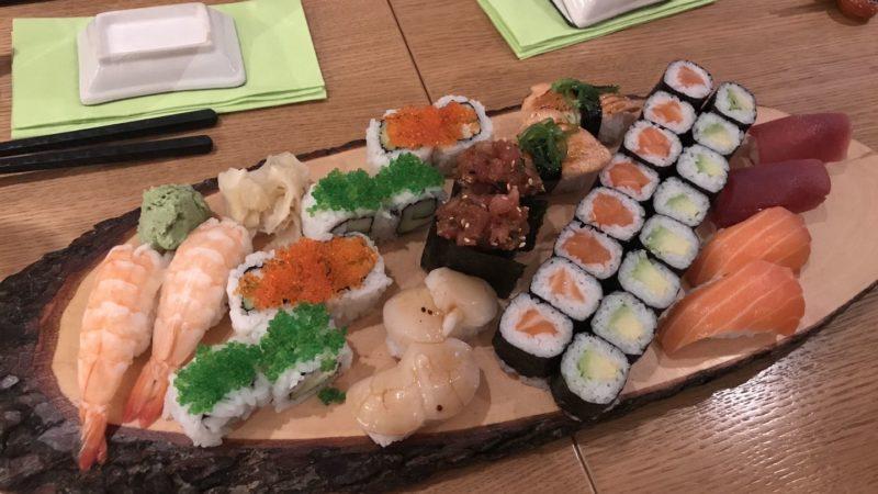 UME SET für zwei Personen mit je 2 Spicy Tuna, 2 Aburi Lachs, 2 Shake, 2 Maguro, 2 Ebi, 2 Hotate, 8 California Maki, 8 Lachs Maki und 8 Avocado Maki im japanischen Restaurant Shima Stuttgart
