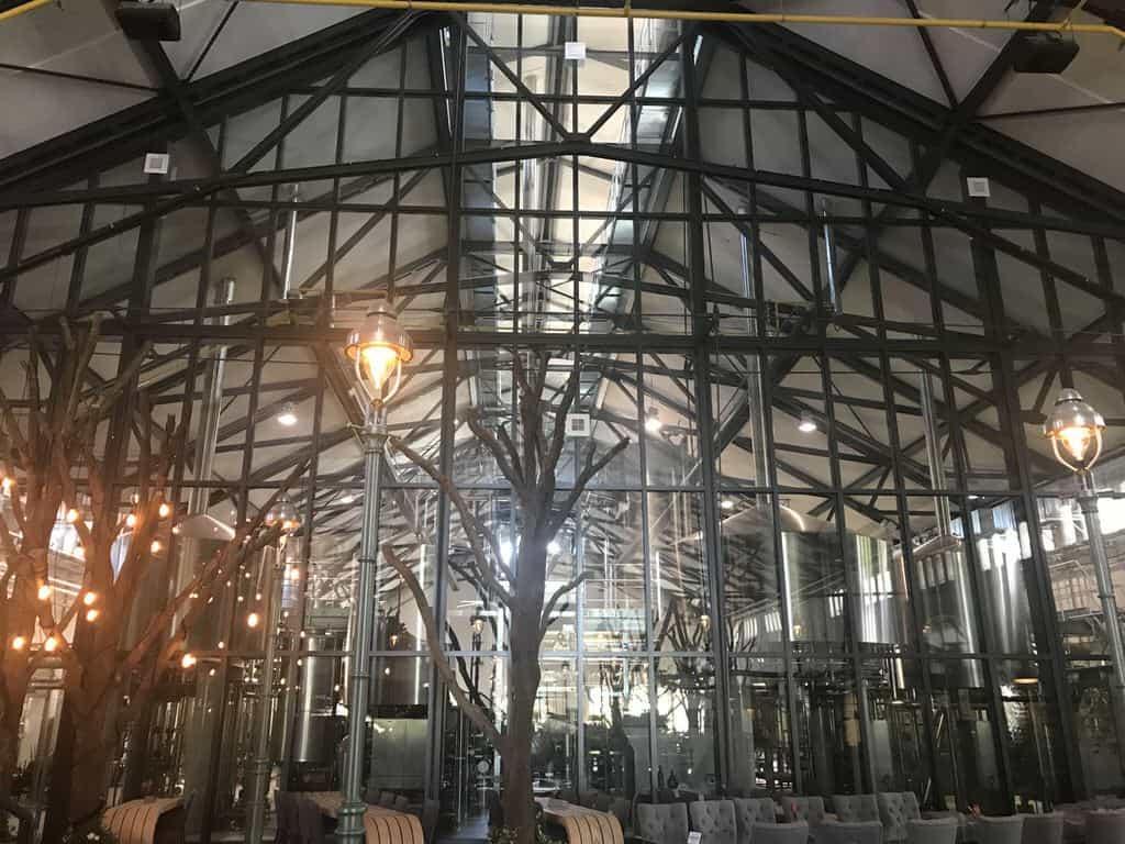 Der Blick in die Brauerei mit den großen Tanks bei Stone Brewing Berlin