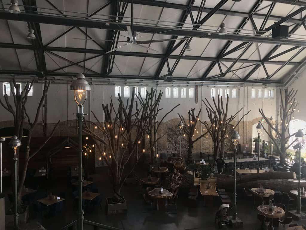 Gemütliche Plätze in der großen Halle bei Stone Brewing Berlin