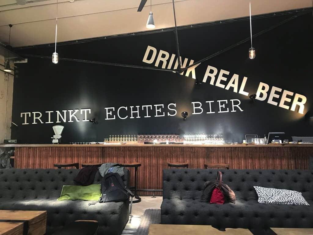 In der kleineren Library Bar ist es noch gemütlicher mit Sofas in der Stone Brewing World Berlin