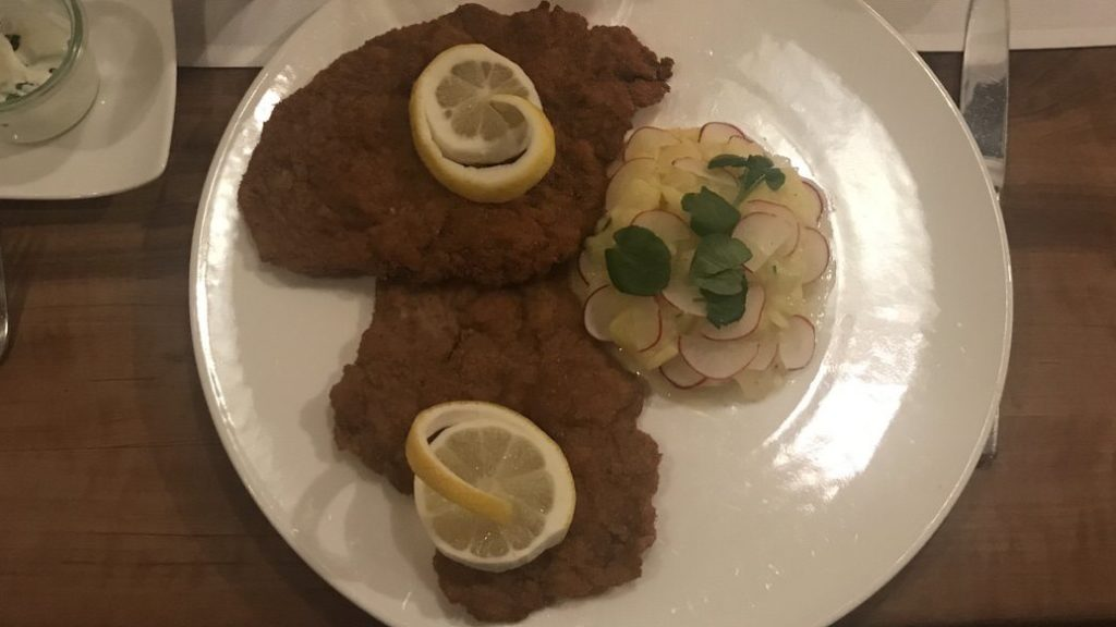 """Wiener Schnitzel mit Kartoffel-Gurken-Salat im Restaurant """"Zum Hirschen"""" in Fellbach"""
