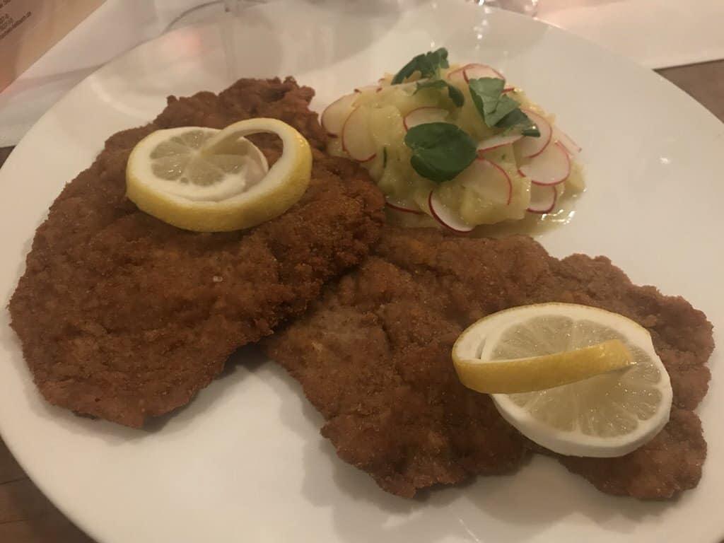 """Wiener Schnitzel (29,00 EUR) mit Kartoffel-Gurken-Salat im """"Zum Hirschen"""" Fellbach"""