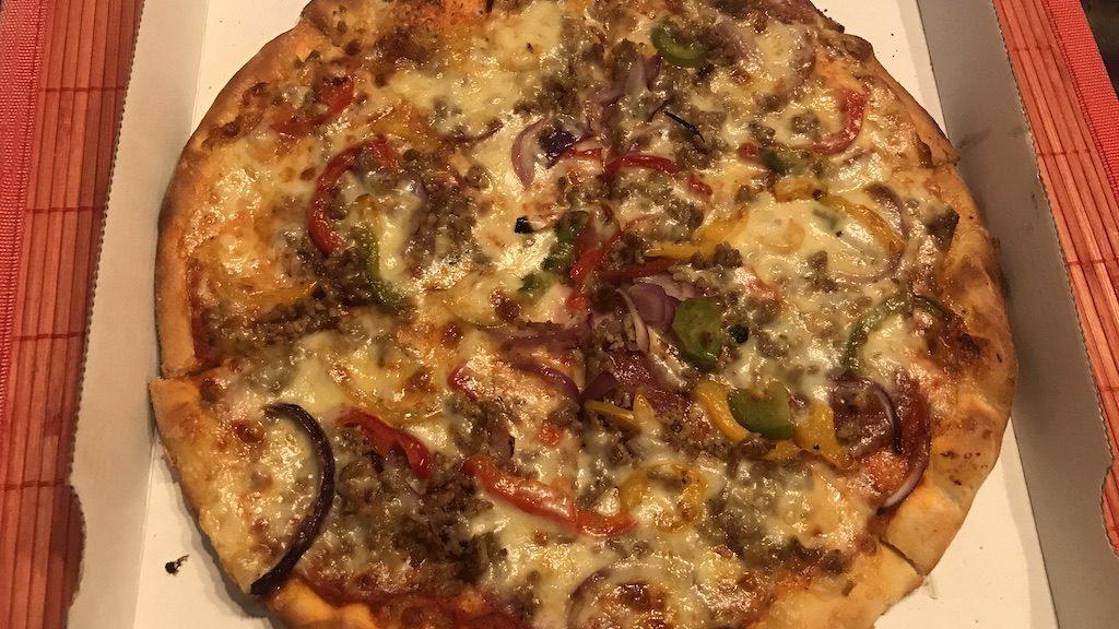 Pizza Salami, Schinken, Hackfleisch, Sucuk, Zwiebeln, Paprika und Mozzarella zusätzlich von La Perla Stuttgart