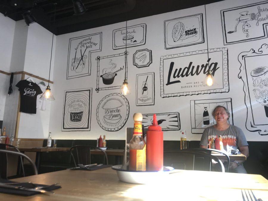 Und da sitzt der Holger ebenso gierig wie ich wartend am Tisch im Ludwig - Das Burger Restaurant Innsbruck