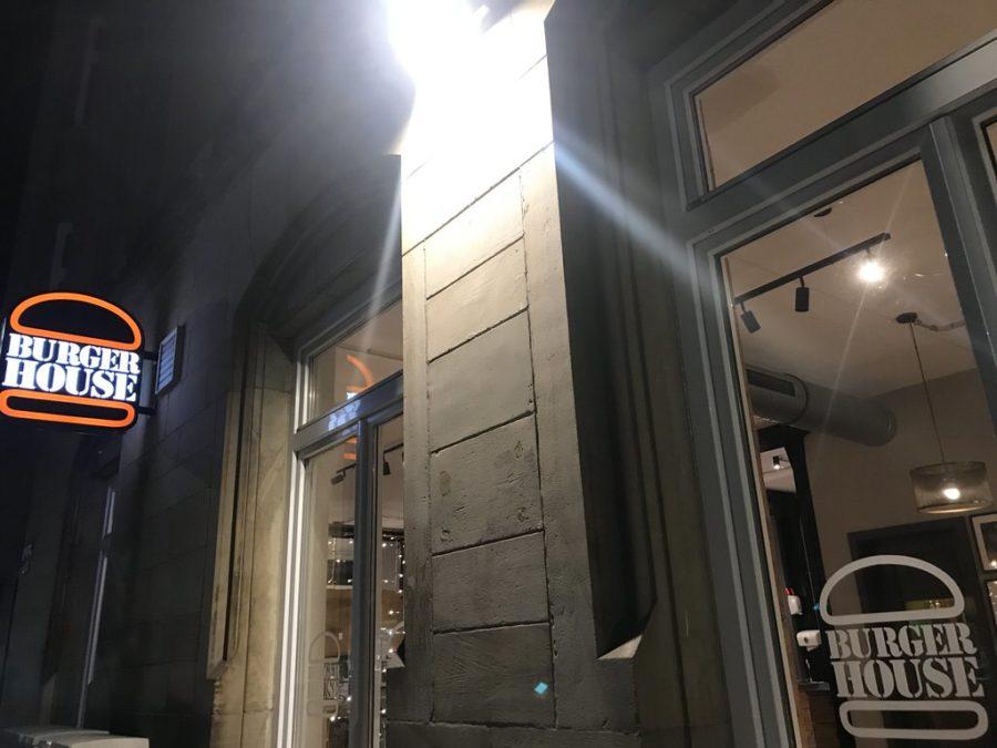 Das Burger House Stuttgart West von außen im Dunklen