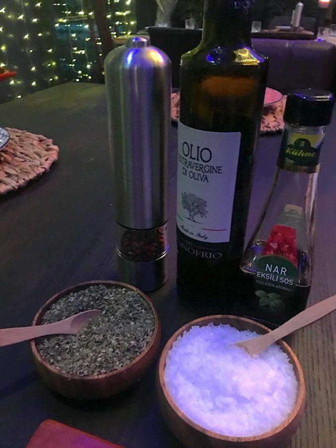 Salz, Öl und mehr stehen auf dem Tisch bereit im MEAT & Co. Ebersbach