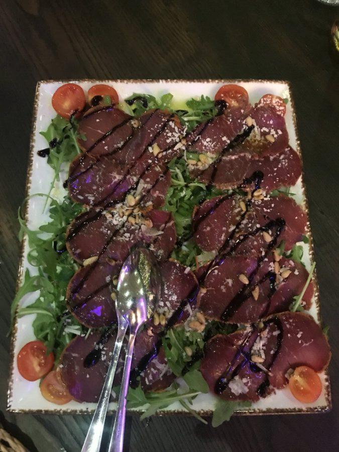 Pastirma (getrocknetes Rindfleisch hauch dünn geschnitten, mit Rucola und Pinienkerne)