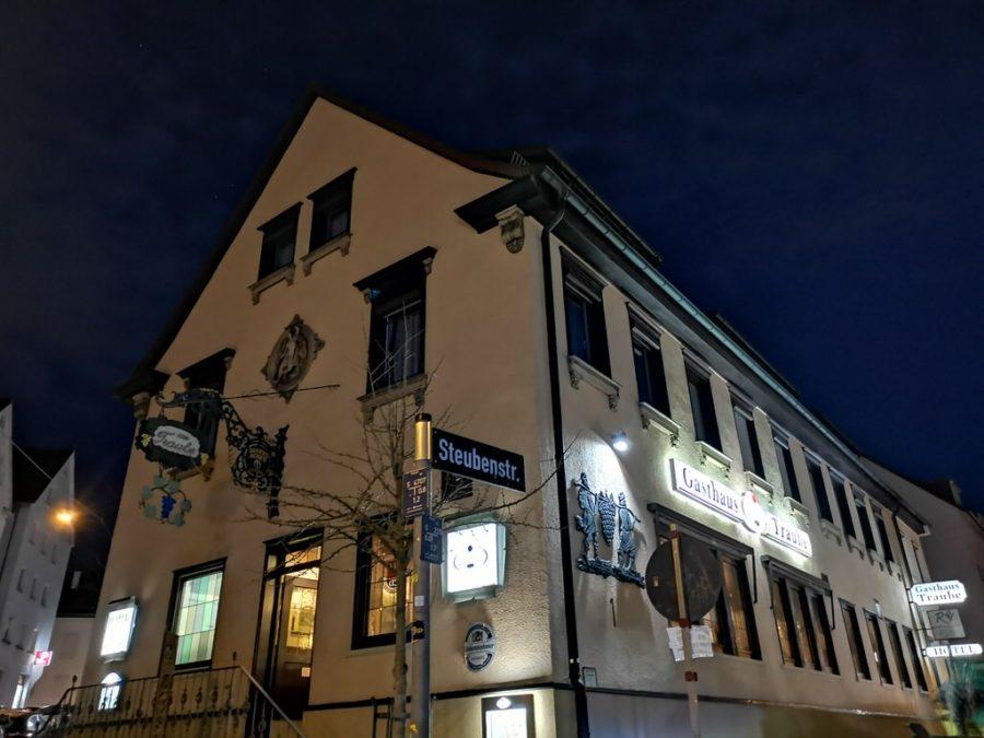 Traube in Stuttgart Berg von außen bei Nacht