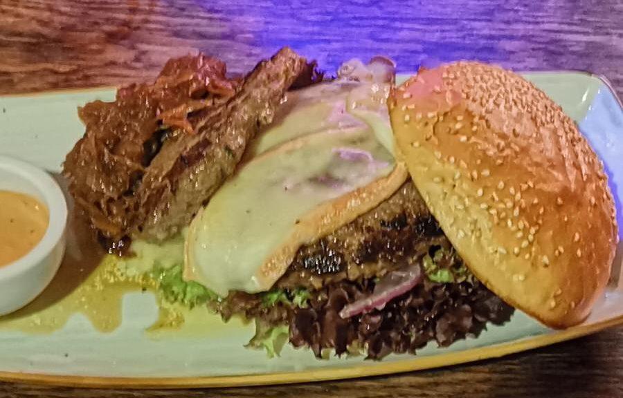 """Der """"Lecker Royal"""" Burger normal mit einem zusätzlichen kleinen Patty und Tallegiokäse"""