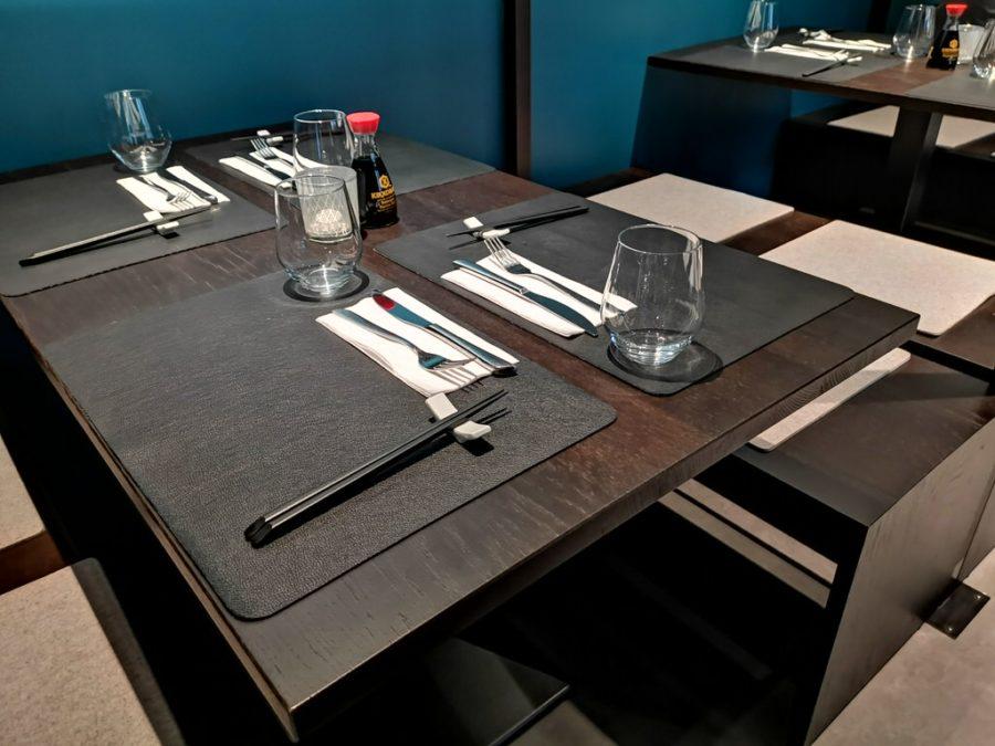 Einer der gedeckten Tische im asiatischen Restaurant AKENO im Stuttgarter Westen