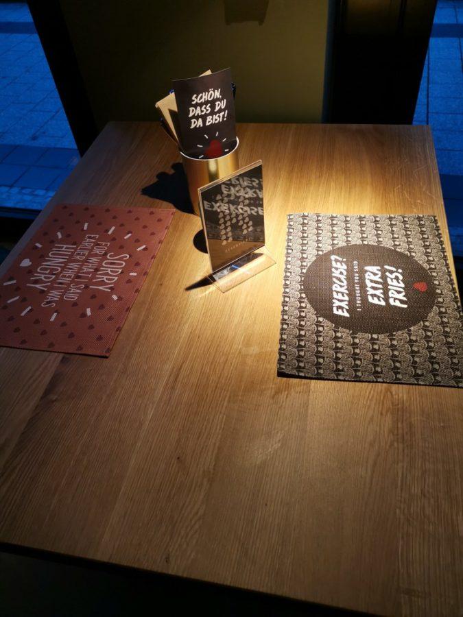 """Unser """"katzen-"""" Tisch an der Säule an der Fensterfront im Burgerheart Stuttgart"""