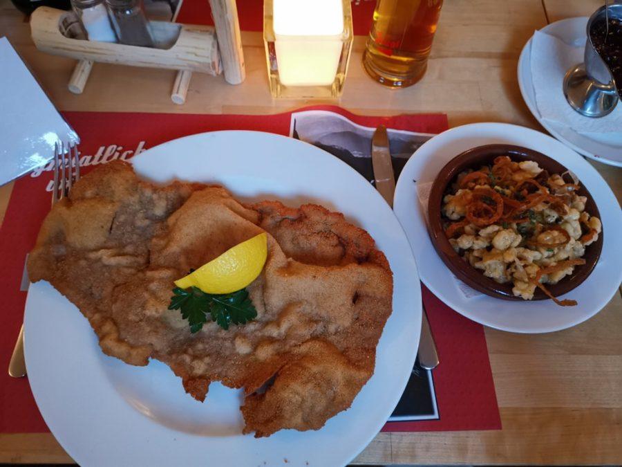 """Das Wiener Schnitzel mit einer ordentlichen Portion Kasnocken (Kässpätzle) im österreichischen Restaurant """"Da Hoam"""" in Hamburg"""