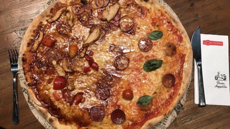 Pizza, halb BBQ Chicken, halb Salsiccia Piccante