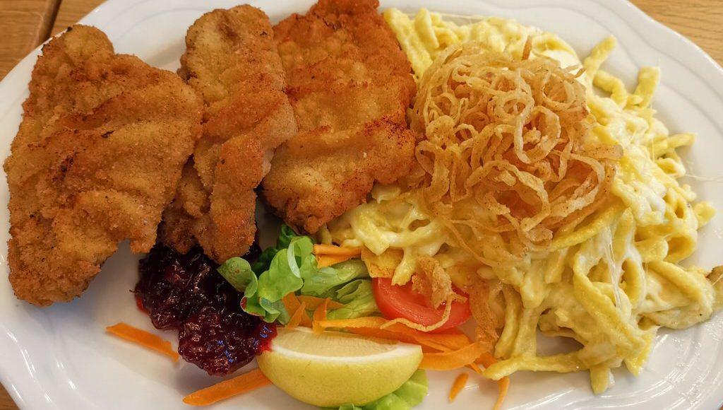 Wiener Schnitzel mit Kässpätzle im Trollinger Stuttgart
