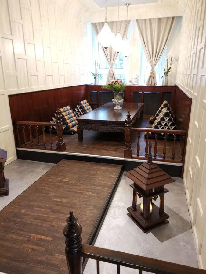 Nische mit traditionellen thailändischen Sitzmöglichkeiten im KWAN KAO