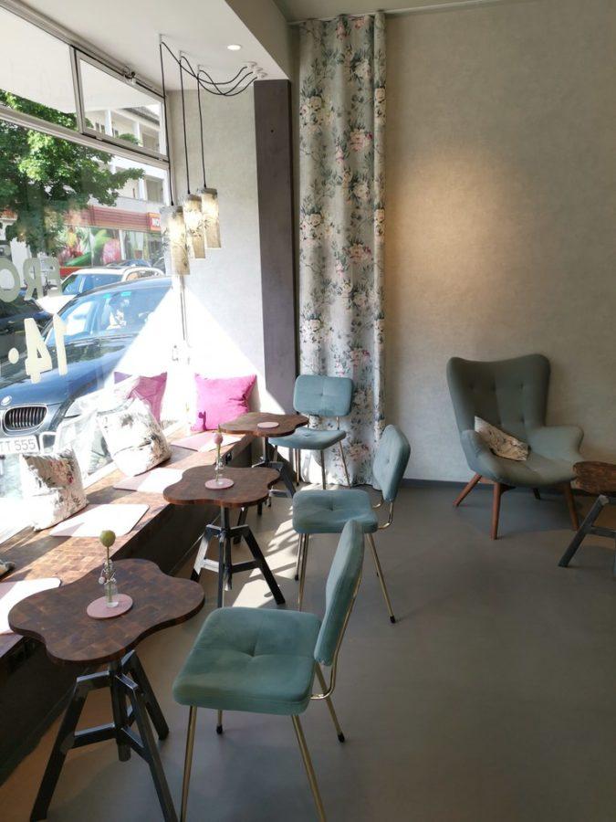 Schöner Bereich im Jušinski BROT UND LIEBE, m in aller Ruhe einen Kaffee zu trinken und ein Croissant und Co. zu essen