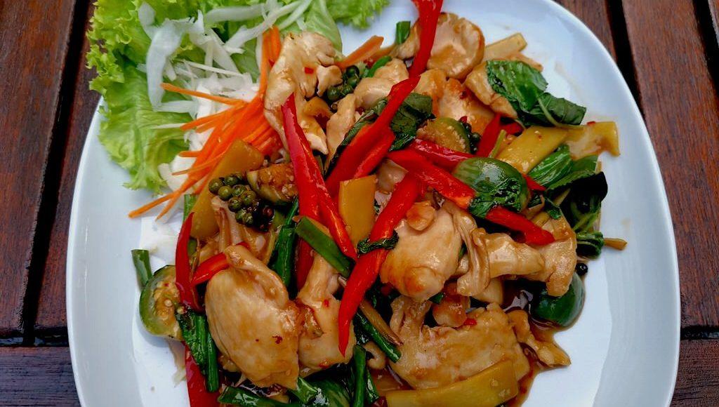 GAI KIEMAO werden, Hähnchen mit Chili-Knoblauch-Sosse, grüne Bohnen, Kachai, junger Pfeffer, Bambussprossen, Thai-Auberginen, Paprika und Basilikum