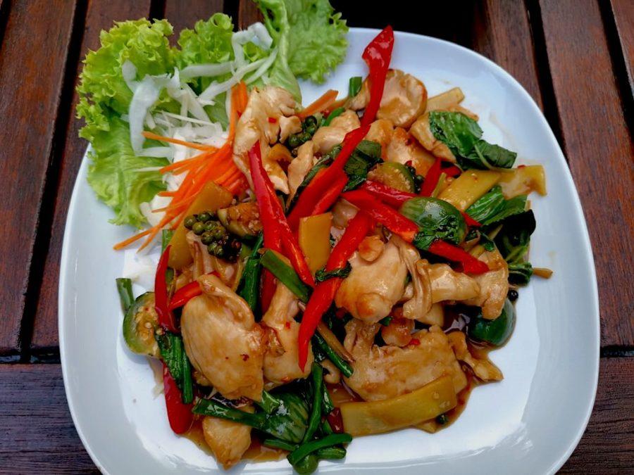 GAI KIEMAO, Hähnchen mit Chili-Knoblauch-Sosse, grüne Bohnen, Kachai, junger Pfeffer, Bambussprossen, Thai-Auberginen, Paprika und Basilikum
