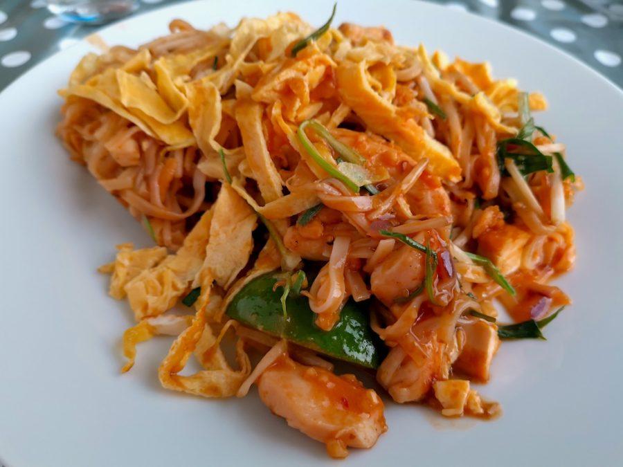 K4 auf dem Teller: Pad Thai Gha entschieden, also Reisnudeln gebraten mit Hähnchen, hausgemachte Tamarind-Sosse, Ei, Erdnüsse, Tofu, Sojasprossen, Thai-Lauch, eingelegter Rettich und rote Zwiebeln