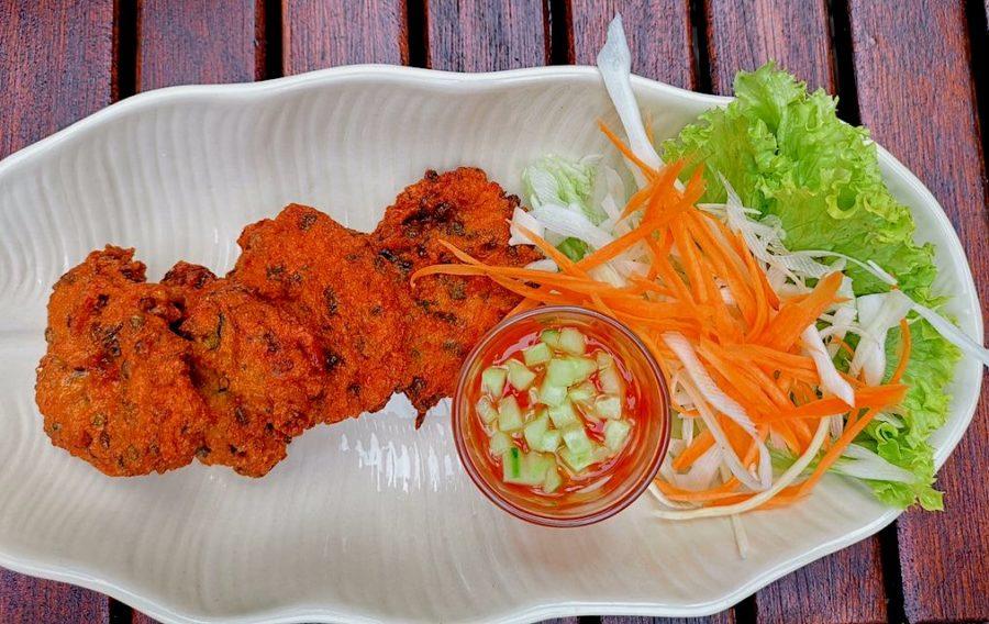TORD MAN GAI (Hähnchenfrikadellen mit Currypaste) mit süss-saurer Sosse und Salatdeko
