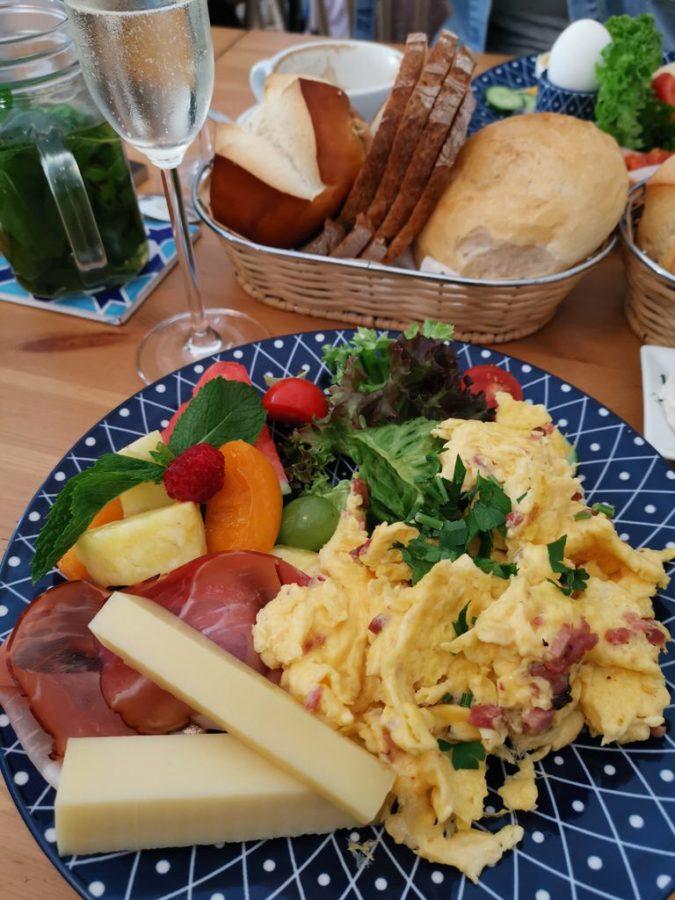 Rührei mit Speck, Schinken und Käse beim Landhaus Frühstück im Poffers