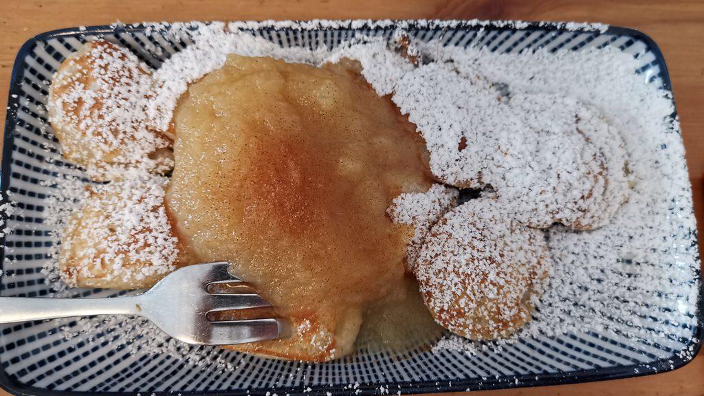 Poffers klassisch mit Puderzucker und Apfelmus beim Poffers Frühstück