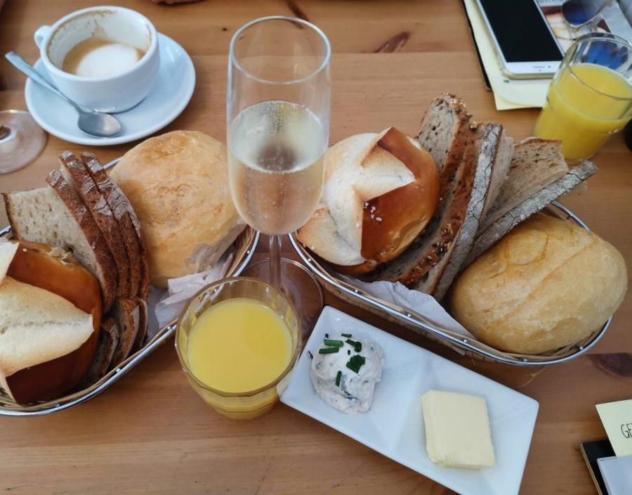 Brotkörbe, Sekt und Orangensaft zu unseren Frühstücken im Poffers