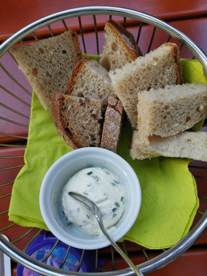 Brot mit Quark als Gruß aus der Küche