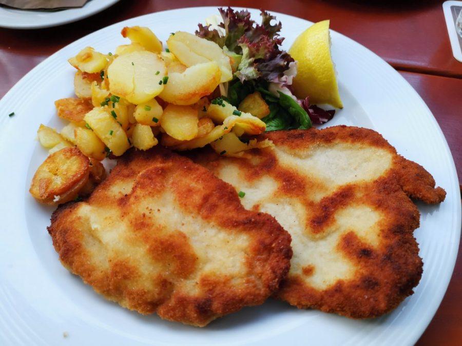 Paniertes Schnitzel vom Staufer Schwein mit Bratkartoffeln im Gasthof Riedsee